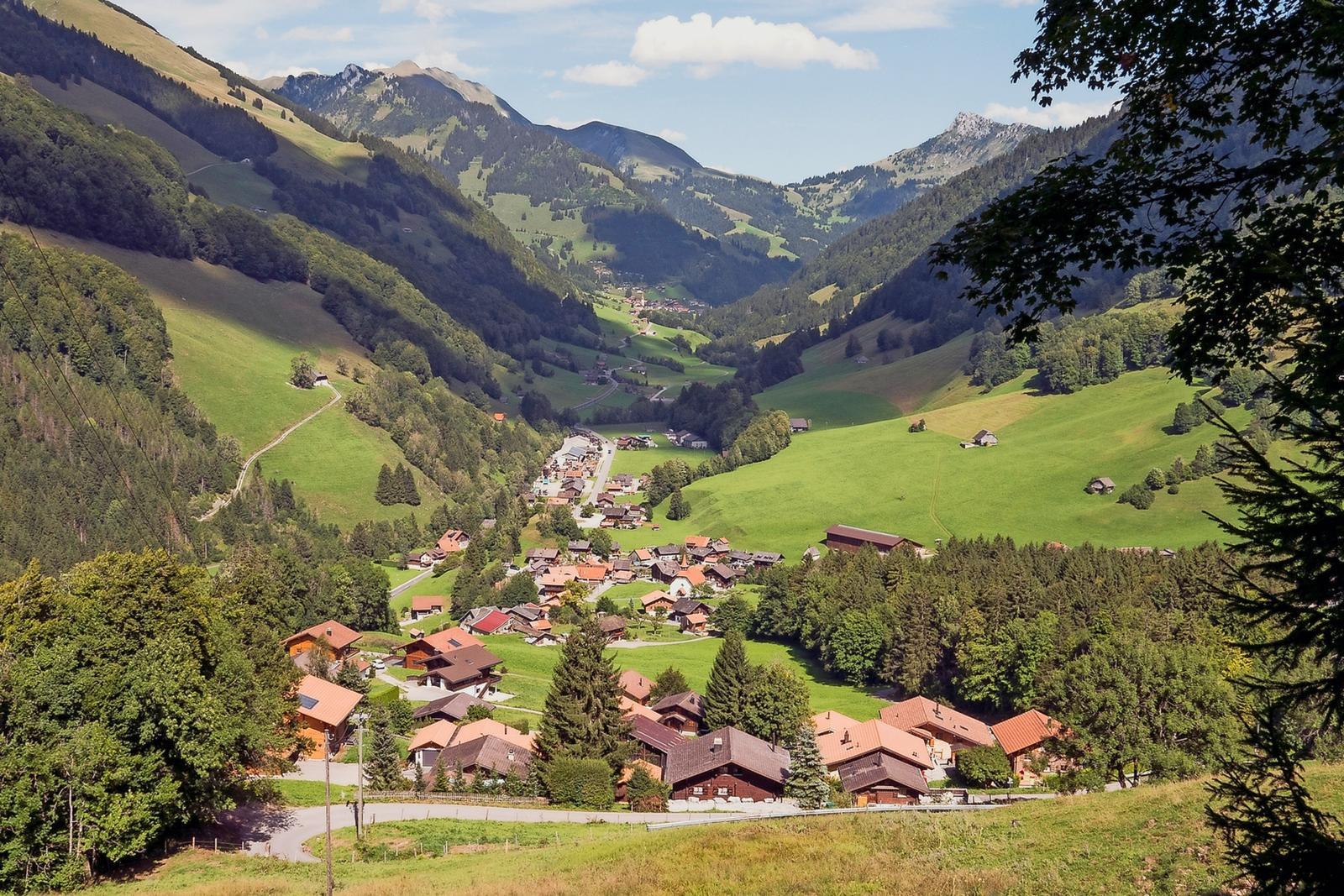 la gruy re im fang le village encaiss qui ouvre la suisse allemande. Black Bedroom Furniture Sets. Home Design Ideas