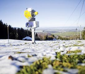 Les canons à neige flingués par le réchauffement climatique?